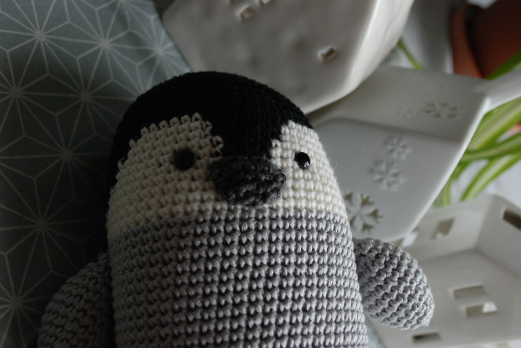 Peluche au crochet bébé pingouin