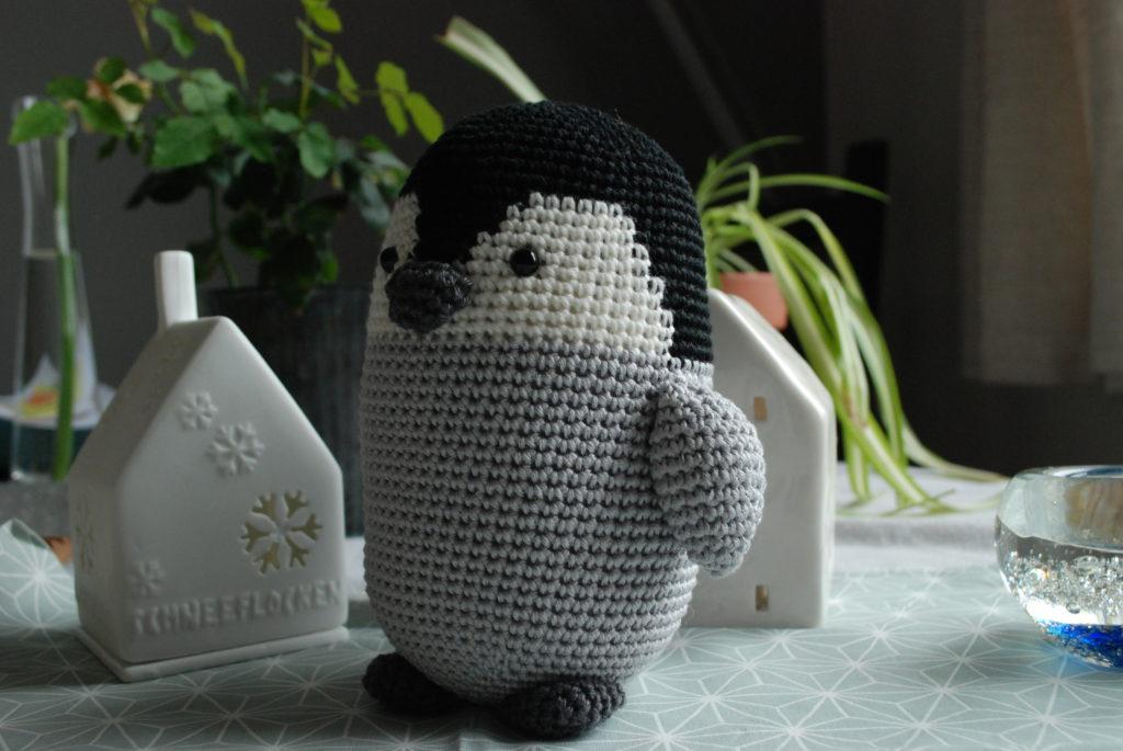 Bébé pingouin au crochet de profil